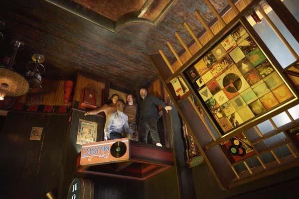 Tyler Labine, Jay Ellis, Logan Miller, et Taylor Russell dans Escape Room (2019)