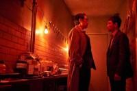 Cho Jin-woong et Hwang Jung-min dans The Spy Gone North (2018)
