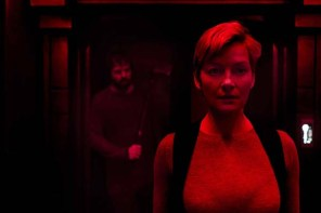 Gretchen Mol et Angus Sampson dans Nightflyers (2018)