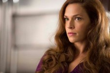 Amanda Righetti dans Colony (2016)