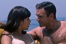 Sean Connery et Mie Hama dans You Only Live Twice (1967)