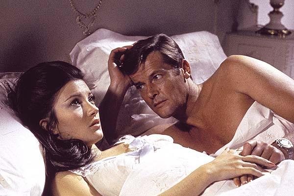 Jane Seymour et Roger Moore dans Live and Let Die (1973)