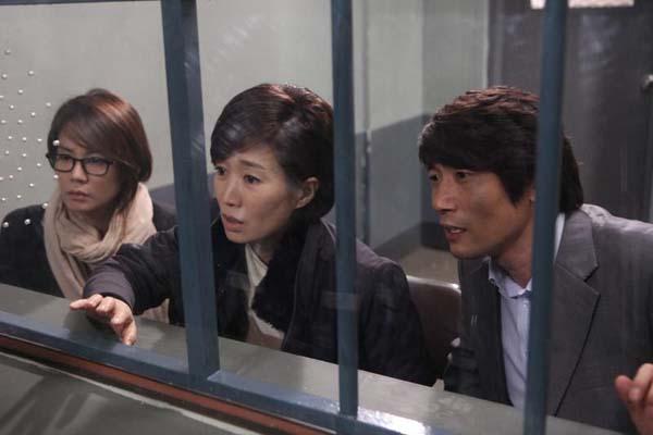 Na Young-hee et Park Won-sang dans Unbowed (2011)
