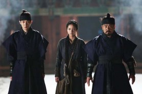 Choi Woo-shik, Lee Hye-ri et Kim In-kwon dans Monstrum (2018)