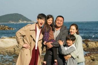 Ma Dong-seok, Kwon Yul, Han Ye-ri, Choi Seung-hun et Ok Ye-rin dans Champion (2018)