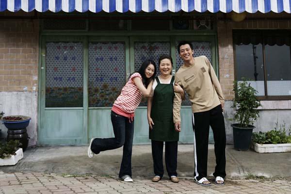 Kim Hae-sook, Huh Yi-jae et Kim Rae-won dans Sunflower (2006)