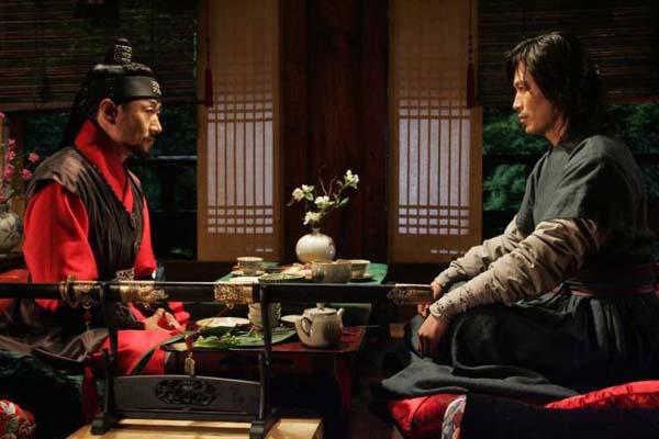 Heo Joon-ho et Jung Jae-young dans The Divine Weapon (2008)
