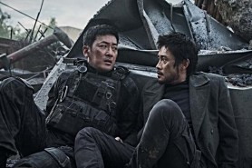 Ha Jung-woo et Lee Byung-hun dans Ashfall (2019)
