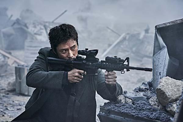 Lee Byung-hun dans Ashfall (2019)