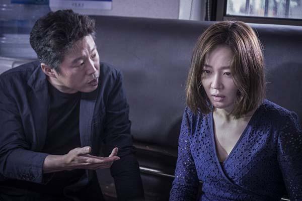 Kim Hee-won et Uhm Ji-won dans Missing Woman (2016)