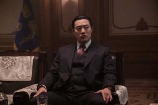 Lee Hee-joon dans The Man Standing Next (2020)